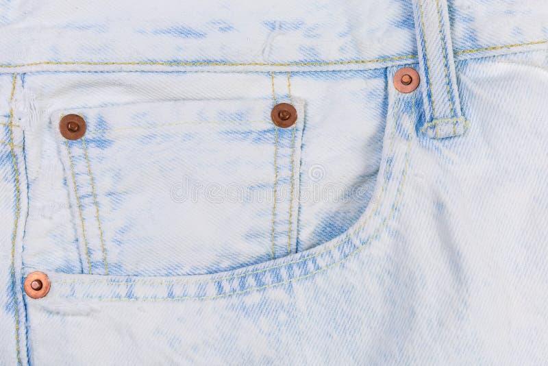 Часть светлых покрашенных джинсов подвергнутого искусственному старению с усиливать карман стоковые фотографии rf