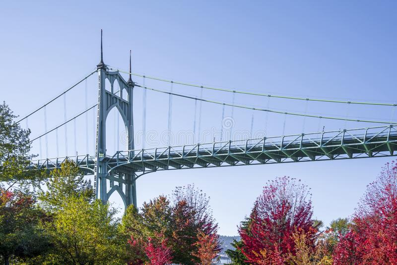 Часть сдобренного моста St. Johns в Портленде в цветах  стоковые изображения