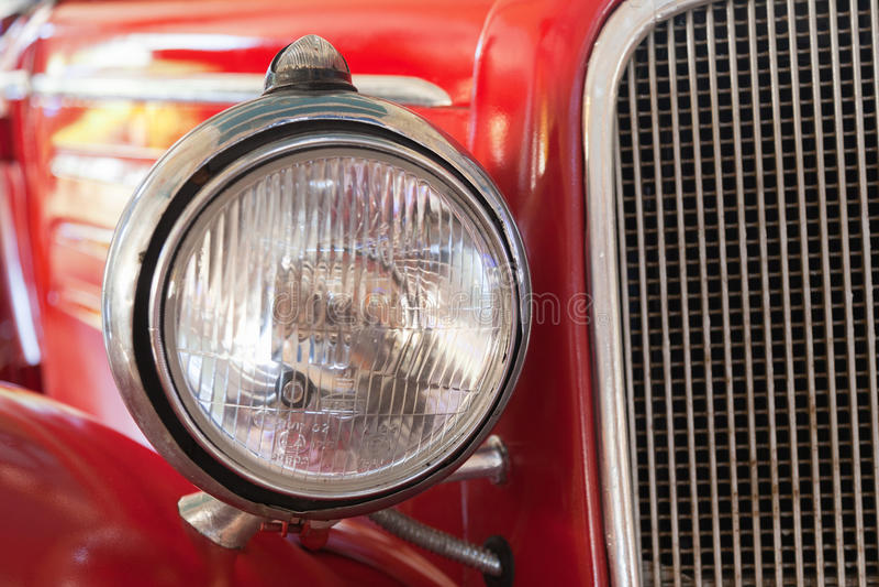 Часть старого американского красного автомобиля стоковые фотографии rf
