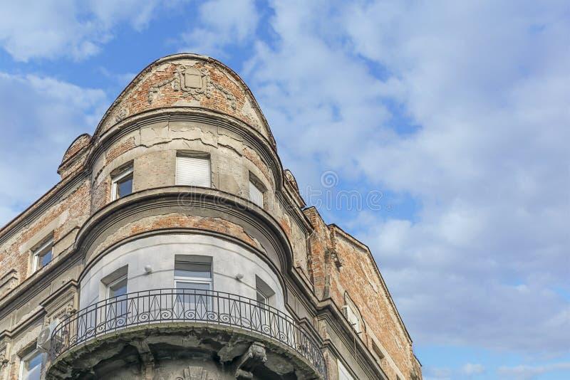 Часть старого внешнего здания с облачным небом стоковые фотографии rf