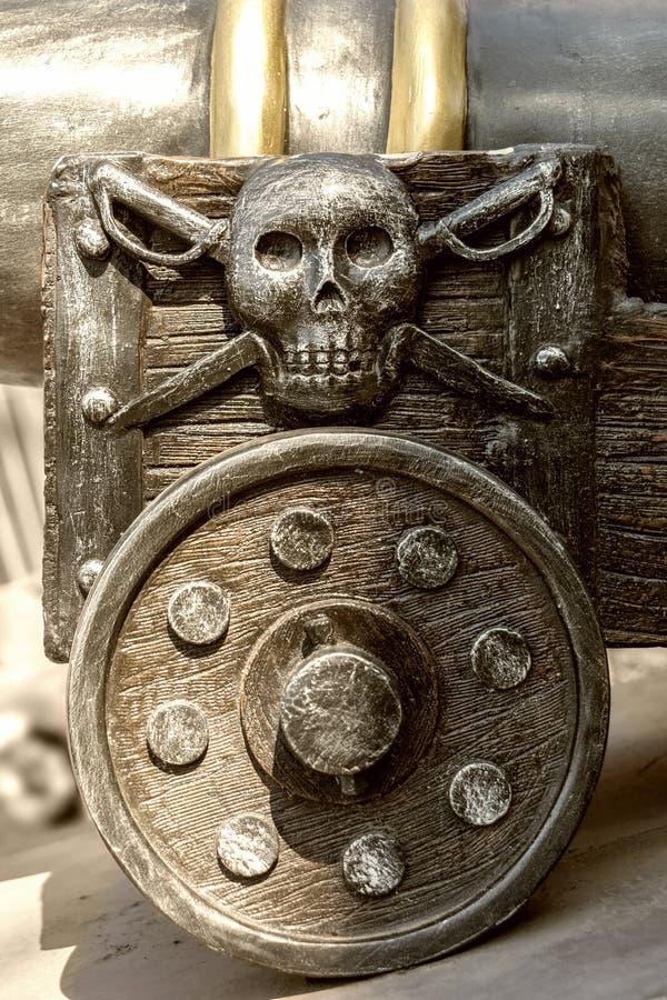 Часть старого экипажа оружия с эмблемой пирата стоковое фото rf
