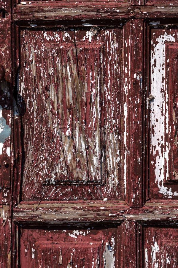 Часть старой деревянной двери, треснутая краска на дереве Деревянная старая треснутая предпосылка Год сбора винограда Shredded тр стоковая фотография