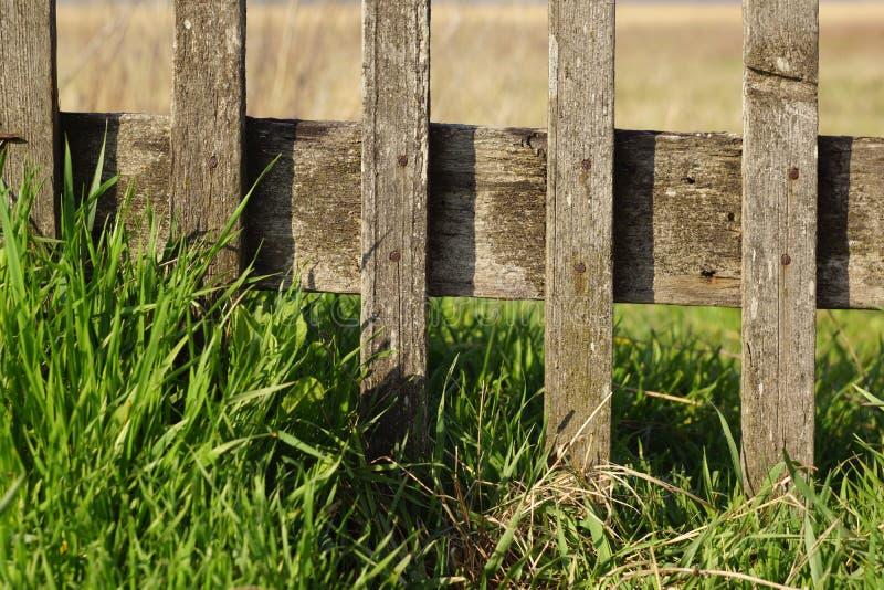 Часть старой деревянной загородки стоковые фотографии rf
