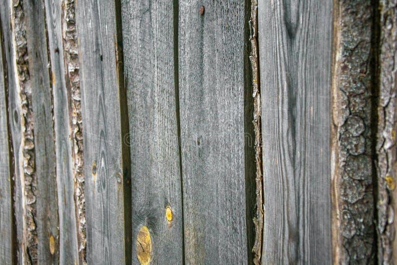 Часть старой серой груб-срубленной загородки Деревянная текстура Текстура, предпосылка Старая unpainted деревянная поверхность стоковое изображение rf