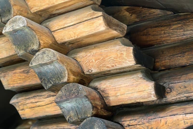 Часть стены исполненной от обрабатываемых естественных круглых журналов стоковые изображения rf