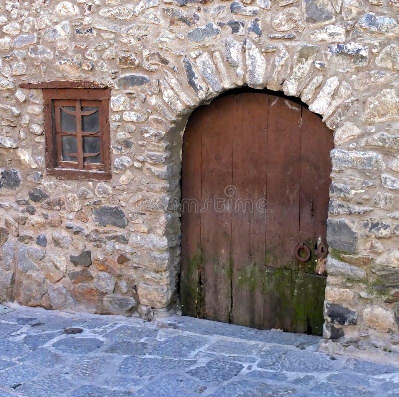 Часть стены с окном и дверь в очень старом доме, построенная в XVI веке стоковые фотографии rf