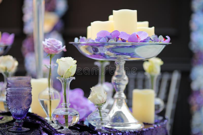 Часть стильного крытого интерьера свадебного банкета или даты стоковая фотография rf