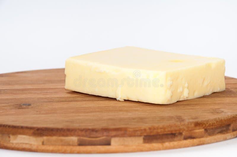 Часть сыра моццареллы на доске кухни деревянной стоковые изображения rf