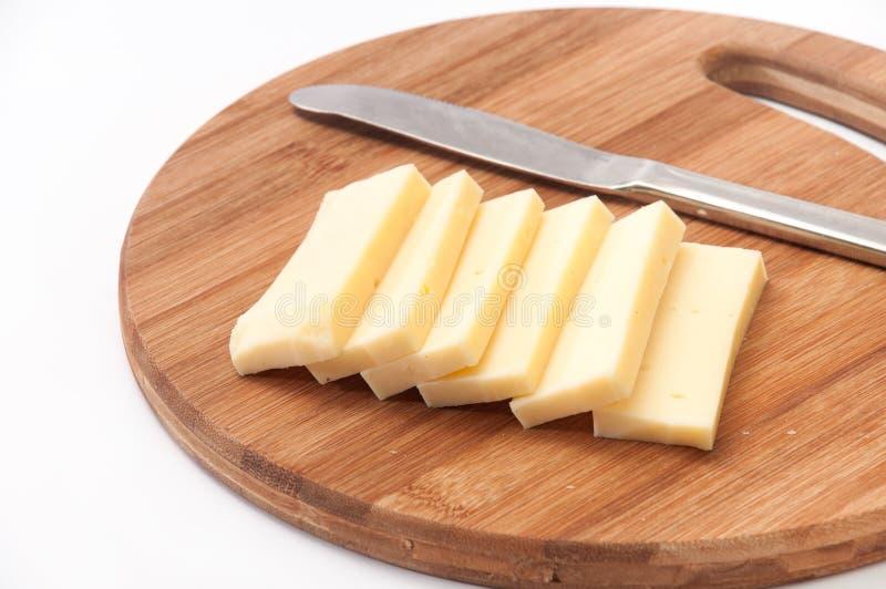Часть сыра отрезала в части для жарить с ножом стоковое фото rf