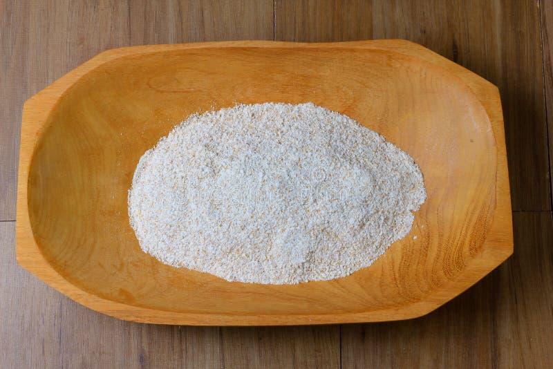 Часть сырцовой всей пшеничной муки, деревянного шара, взгляда сверху деревянного стола стоковая фотография rf
