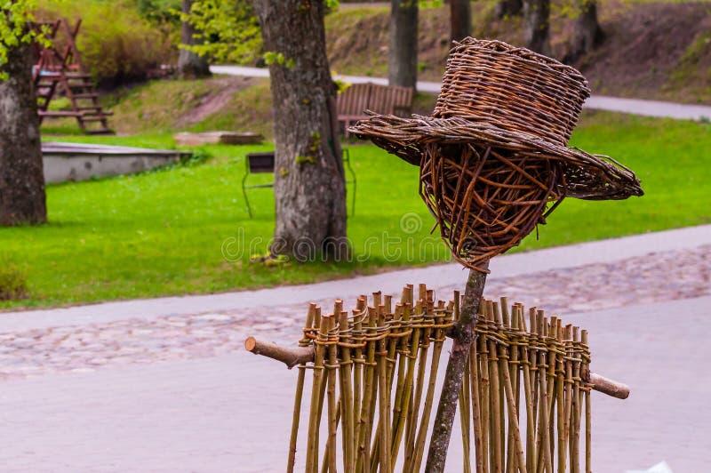Часть тела положения чучела соломы в ботаническом саде в Вильнюсе, Литве стоковое изображение rf