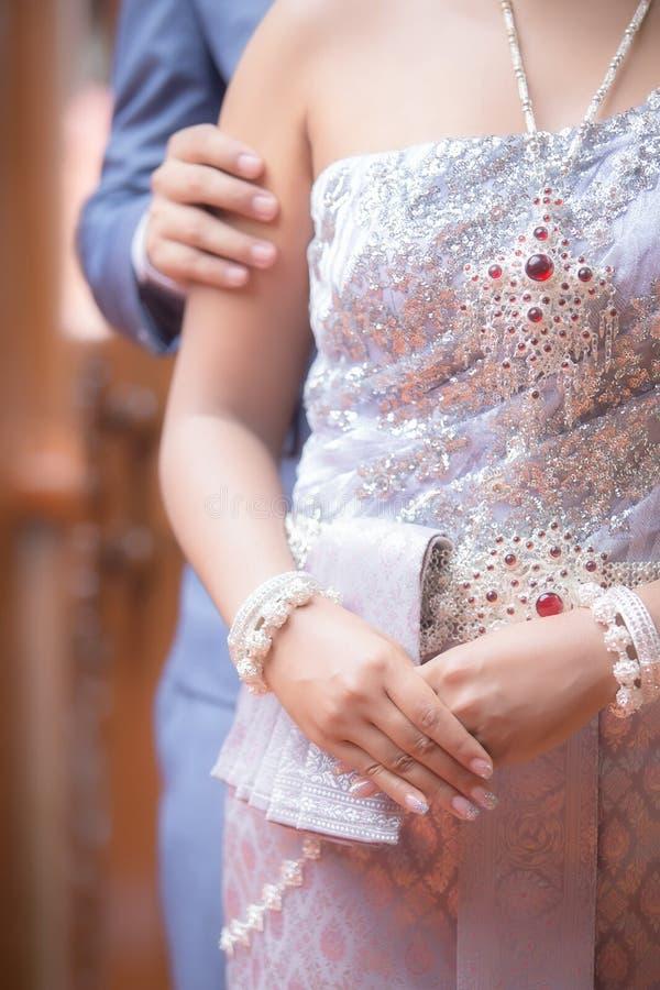 Часть тела groom и невесты пар в тайской свадьбе традиционной стоковые фото
