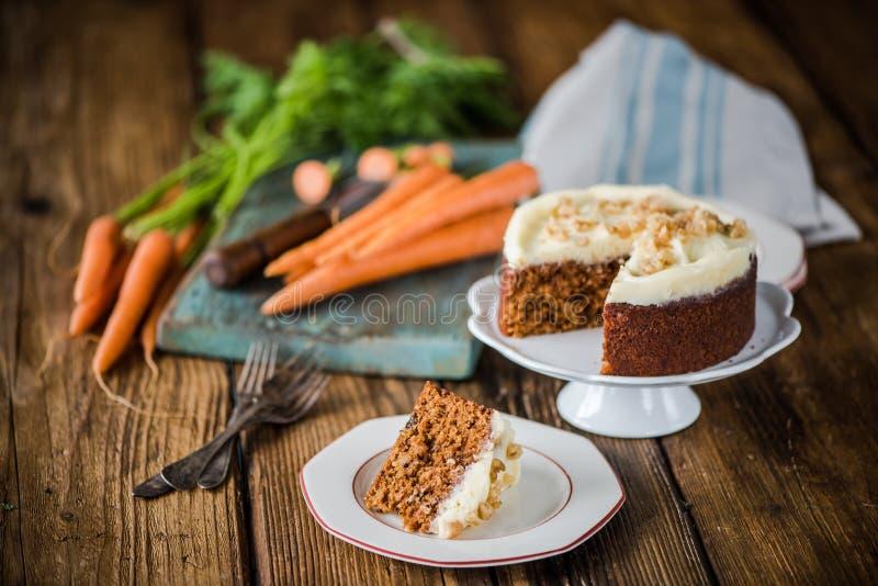 Часть торта моркови сервировки стоковые изображения