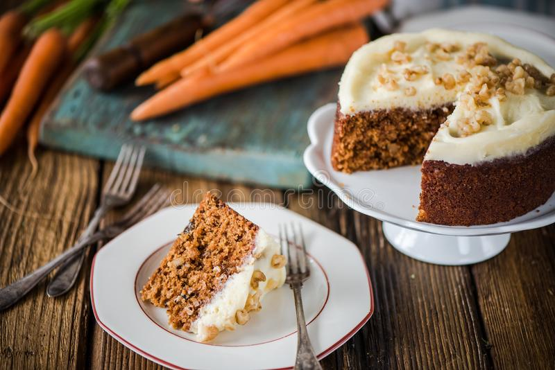 Часть торта моркови сервировки стоковое фото