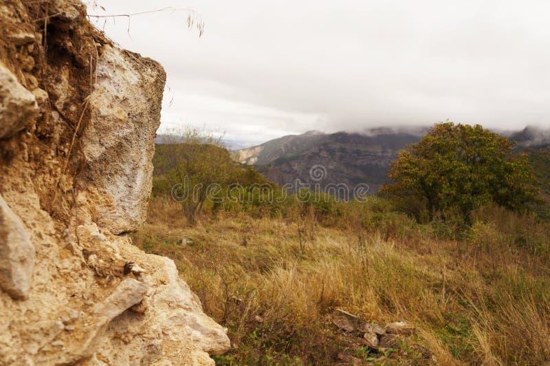 Часть утеса и гористых местностей против облачного неба! стоковые изображения rf