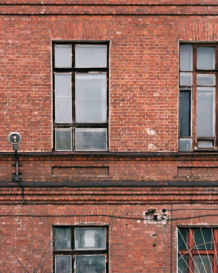 Часть фасада старого кирпичного здания Высокое Windows и текстурный материал стоковое изображение