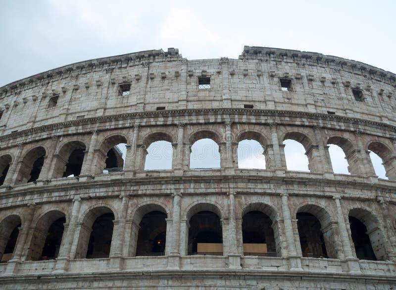 Часть фасада Colosseum и неба стоковая фотография rf