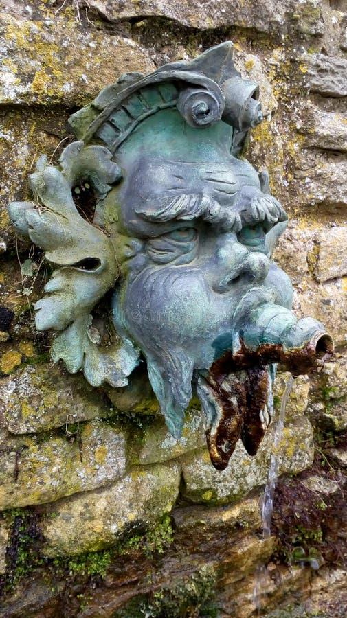 Часть фонтана характеристики воды горгульи в саде стоковое изображение