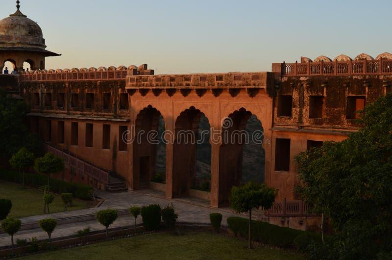 Часть форта Jaigarh в Джайпуре Индии с цветами захода солнца стоковое фото rf