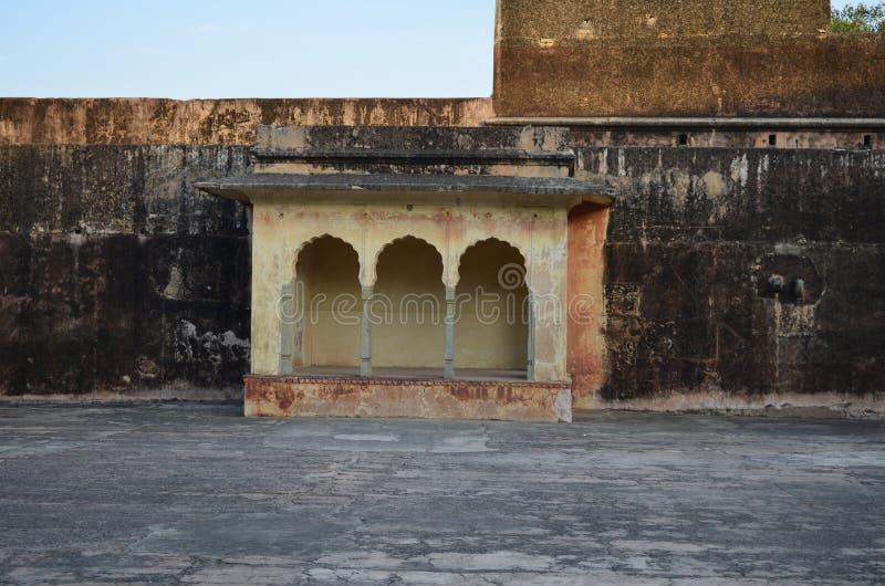 Часть форта Jaigarh в Джайпуре Индии с цветами захода солнца стоковые изображения