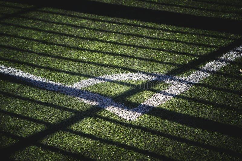 Часть футбольного поля с маркировкой и тень от солнца стоковые изображения rf