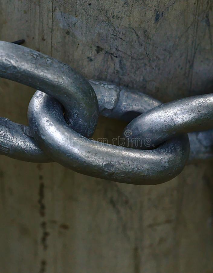 Часть цепей металла на деревянных воротах стоковая фотография
