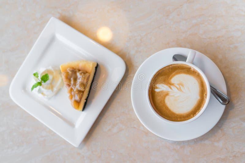 Часть чашки кофе и чизкейка стоковое изображение