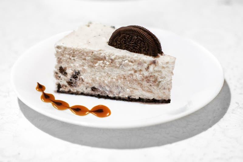 Часть чизкейка шоколада карамельки стоковая фотография rf