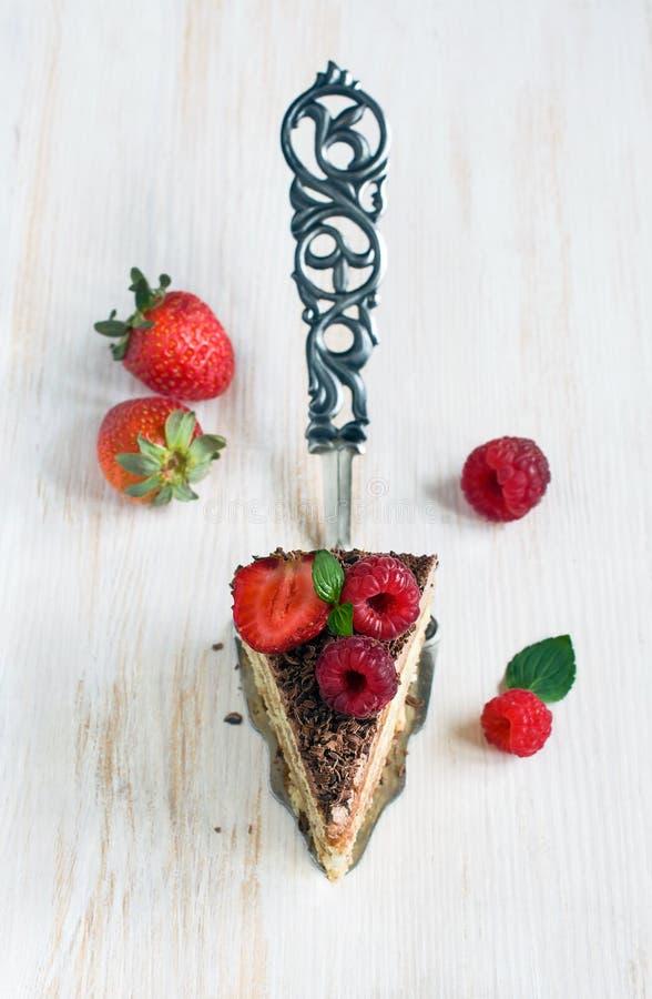 Часть шоколадного торта с свежими ягодами стоковые изображения