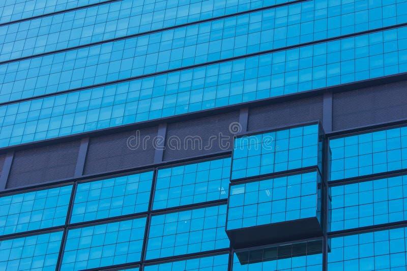 Часть экстерьера здания синего стекла современного дизайна стоковое фото rf