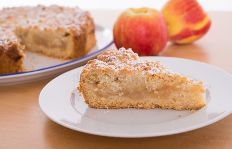 Часть яблочного пирога с крошит стоковые фотографии rf