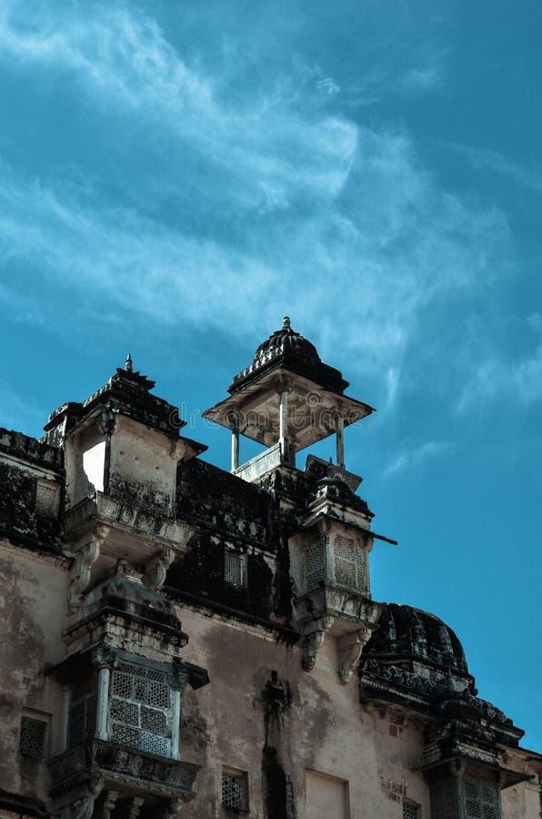 Часть янтарного форта в Джайпуре Индии с темносиним небом в фоне стоковые фотографии rf