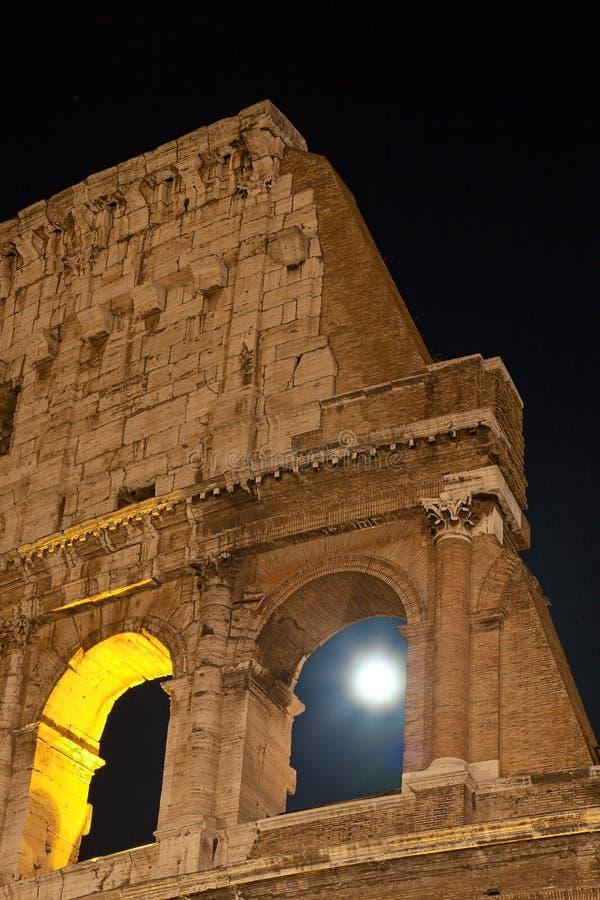 Часть Colosseum, взгляд ночи, полнолуние стоковые изображения