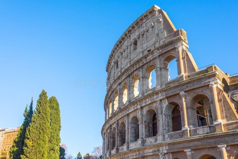 Часть Colosseum против голубого неба стоковые изображения rf