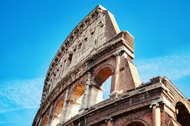 Часть Colosseum против голубого неба стоковые фотографии rf