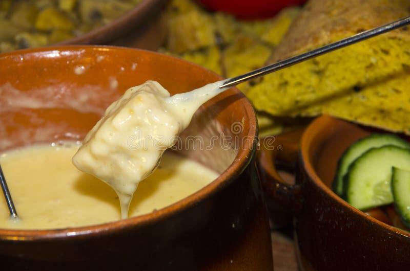 часть fondue сыра хлеба расплавленная стоковые изображения