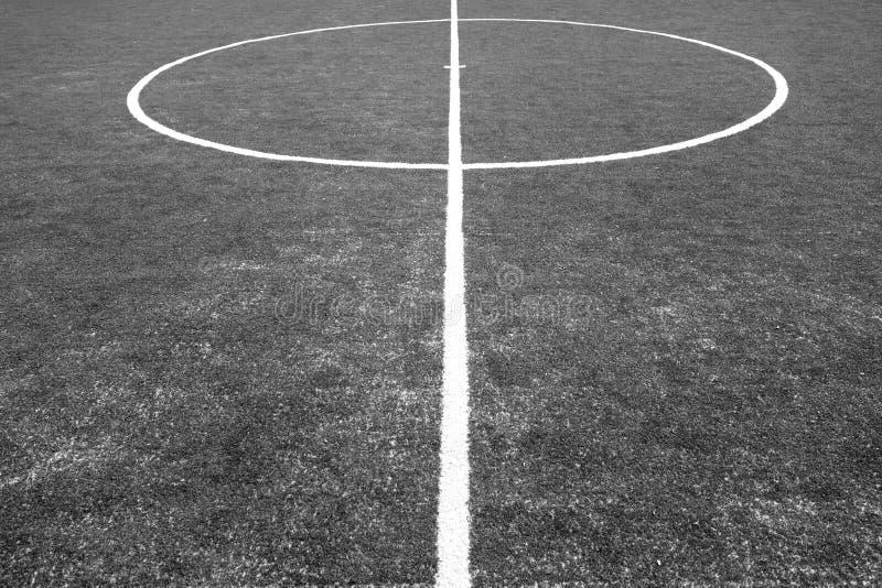 Часть footbal поля с искусственной травой в черно-белом стоковые фото