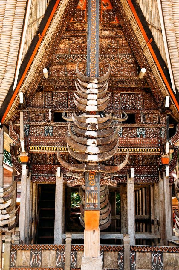 Часть tongkonan дома с рожками буйволов и высекать и картин древесины Kete Kesu в Tana Toraja, Сулавеси, Индонезии стоковая фотография rf