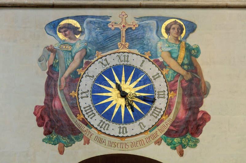 Часы в церков - Париж стоковые фото