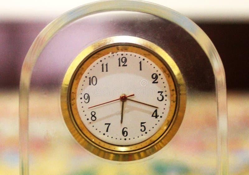 Часы говоря время как час 6:18 стоковое фото