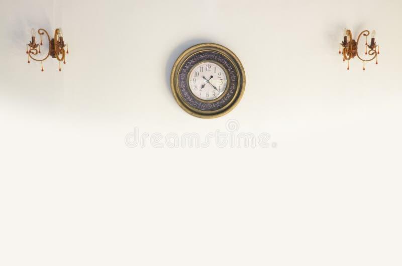 Часы год сбора винограда на белой стене стоковое изображение rf