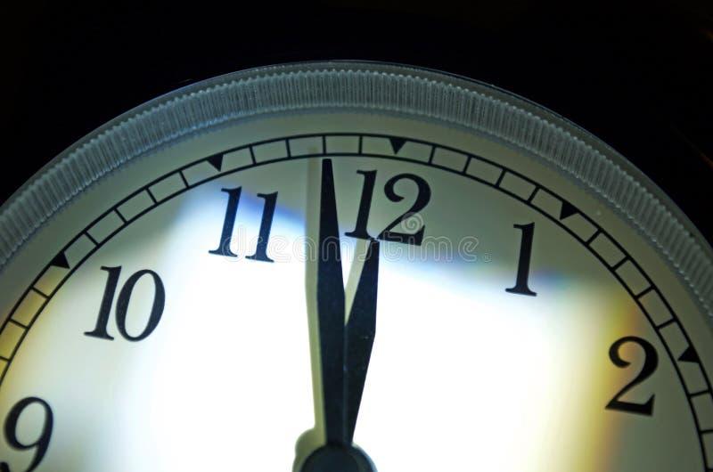 Часы дня страшного суда, 2 минуты пашут полночь стоковое изображение