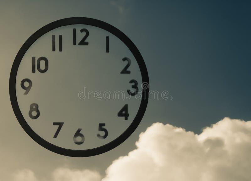 Часы и небо стоковые фото