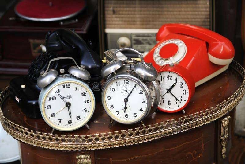 Часы и телефоны год сбора винограда стоковые фотографии rf
