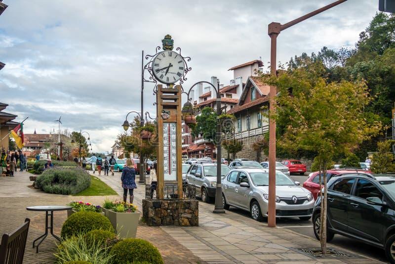 Часы и термометр на улице - Gramado, Rio Grande do Sul, Бразилии стоковая фотография rf