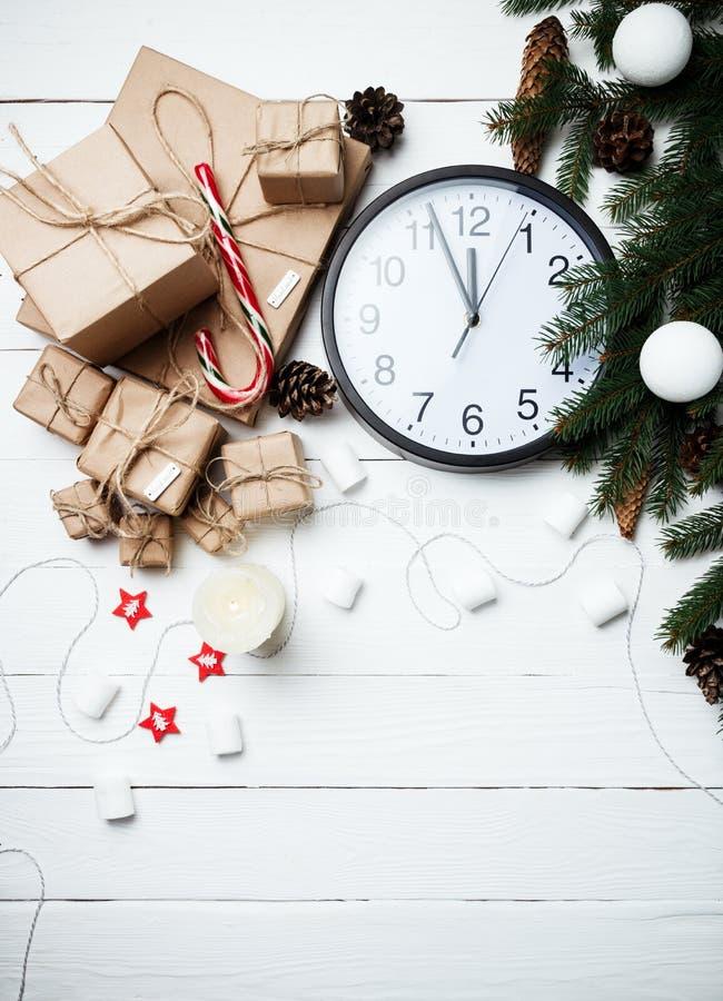 Часы концепции Нового Года состава рождества с swe подарков xmas стоковое фото rf