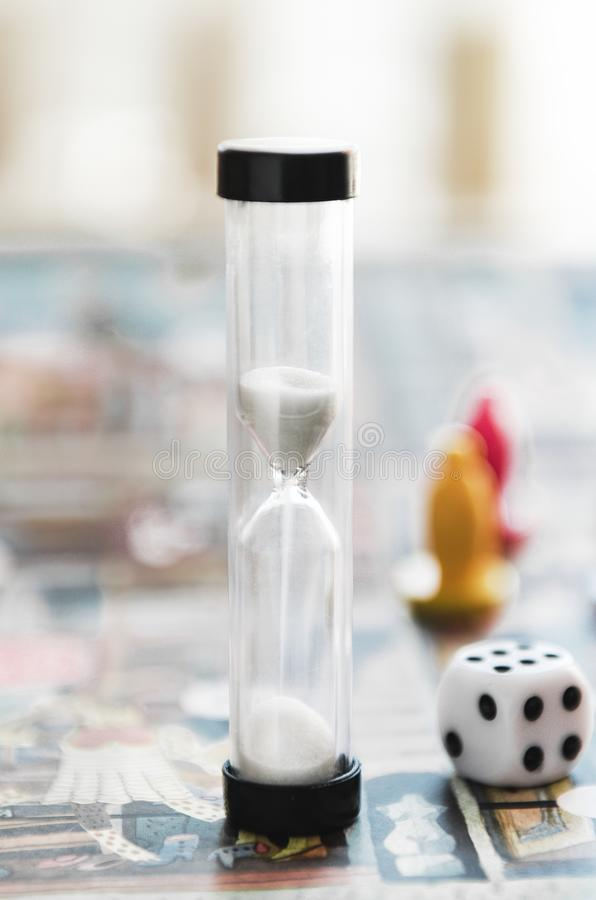 Часы, кубы на игровой площадке Настольная игра концепции, отдых, развлечения, воссоздание стоковые фото