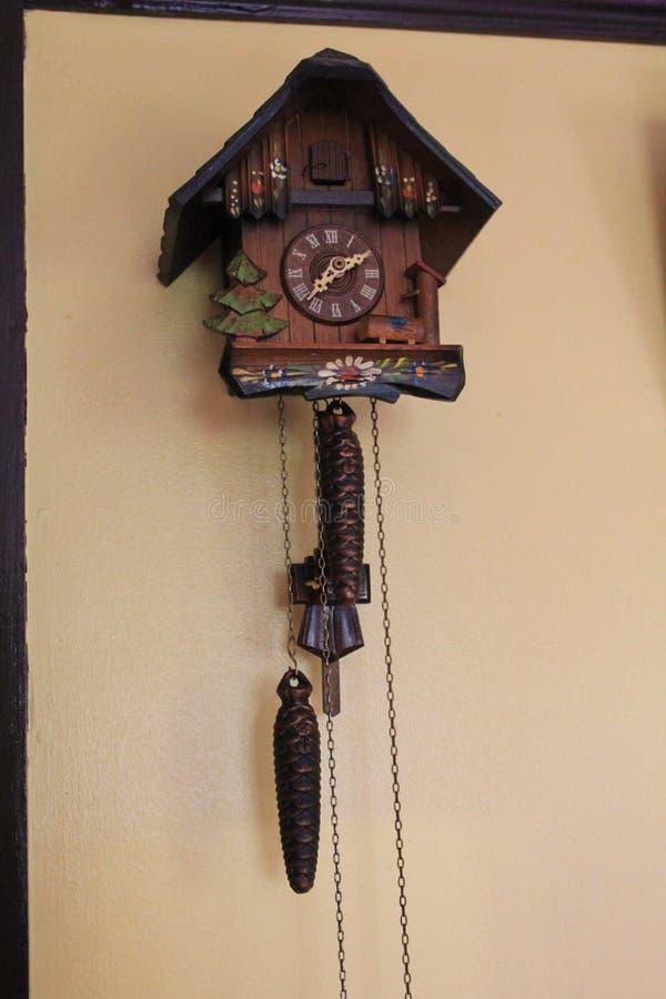 Часы кукушки стоковые изображения