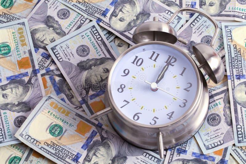 Часы на деньгах стоковое изображение rf