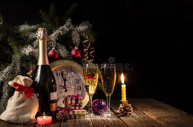 Часы на 5 минутах к полночи! ` S Eve Нового Года стоковые изображения